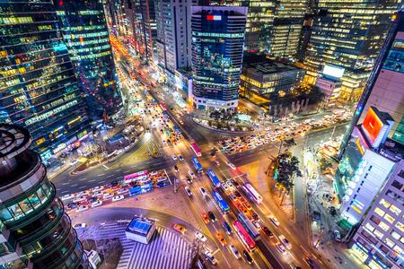 Velocidades de tráfico a través de una intersección por la noche en Gangnam, Seúl en Corea del Sur.