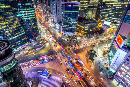 Traffic speeds through an intersection at night in Gangnam, Seoul in South Korea. Stockfoto