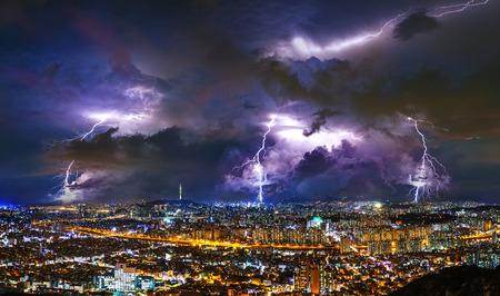Gewitterwolken mit Blitz in der Nacht in Seoul, Südkorea.