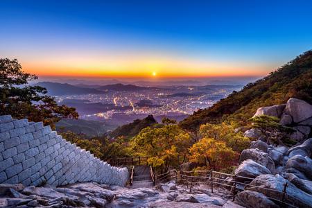 Lever du soleil au sommet Baegundae et les montagnes de Bukhansan en automne, Séoul en Corée du Sud.