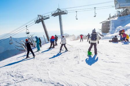 DEOGYUSAN, 한국 -2 월 9 일 : 한국에서 겨울에 Deogyusan 스키 리조트에서 스키. 에디토리얼