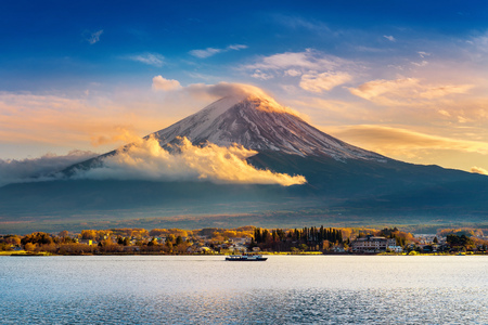 Fuji mountain and Kawaguchiko lake at sunset, Autumn seasons Fuji mountain at yamanachi in Japan. Banco de Imagens