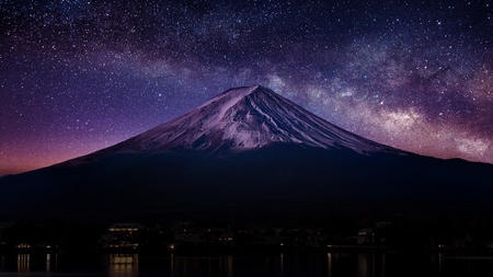 Fuji mountain with milky way at night. Imagens