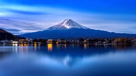 Fuji-berg en Kawaguchiko-meer in ochtend, de berg van Fuji van de Herfstseizoenen in yamanachi in Japan. Stockfoto