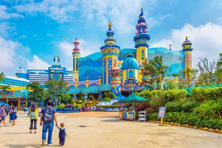 Zhuhai, Guangdong, China- NOV 9, 2017 : Tourist at the Zhuhai Chimelong Ocean Kingdom Park in Zhuhai, China. Редакционное