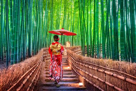 竹林。京都の竹林で日本の伝統的な着物を着たアジア人女性。