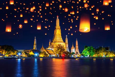 タイ・バンコクのワット・アルン寺院と水上提灯。
