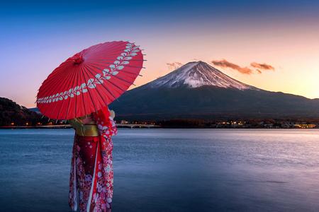Asian woman wearing japanese traditional kimono at Fuji mountain. Sunset at Kawaguchiko lake in Japan. 版權商用圖片