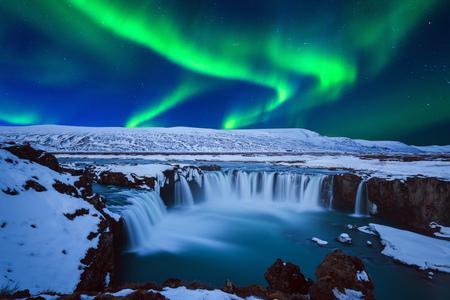 Northern Light, Aurora borealis przy wodospadzie Godafoss w zimie, Islandia. Zdjęcie Seryjne