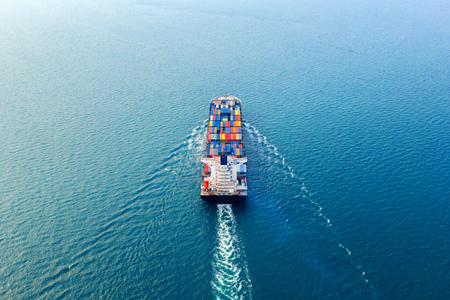 Luchtfoto van containervrachtschip in zee. Stockfoto