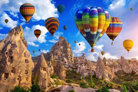 Colorido globo de aire caliente sobrevolando Capadocia, Turquía. Foto de archivo