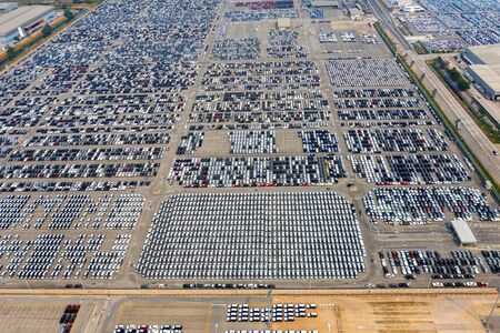 Aerial view of new cars at parking port in automobile factory. Stockfoto