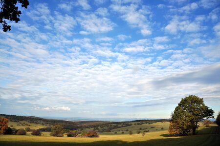 Paisagem do outono com c�u azul e nuvens Imagens