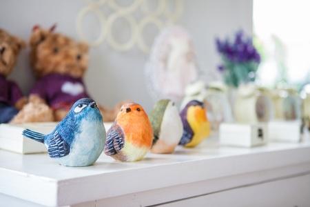 uccello di legno colorati sul tavolo