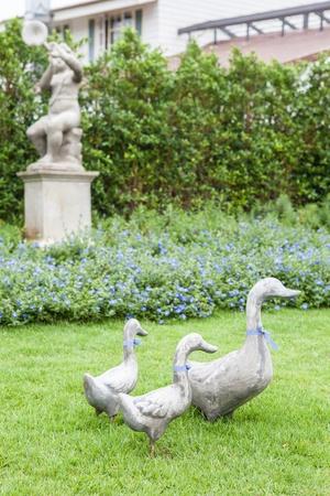 Statua anatra su erba