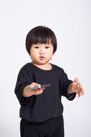 olds: 1 year olds kid use iphone