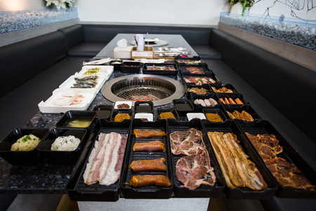 veal sausage: Different foods cooked on the grill - Bar B Que buffet