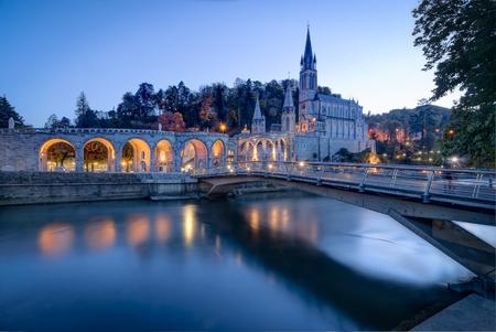 różaniec: Sanktuarium Matki Bożej w Lourdes we Francji Zdjęcie Seryjne