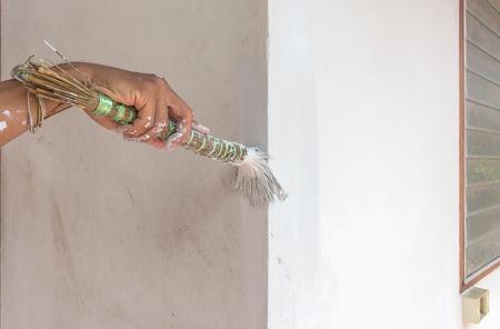 Peindre Les Murs Peindre  LAide DUn Pinceau Le Travailleur  La