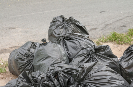 黒ゴミ袋の山