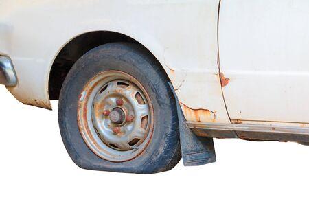 ruota sgonfia la gomma dell'auto vecchia isolata su sfondo bianco con spazio di copia aggiungi testo