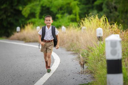 gelukkig jongetje naar huis gaan van school