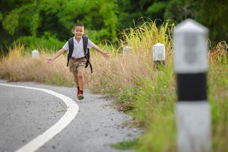 Feliz niño ir a casa de la escuela Foto de archivo - 62508526