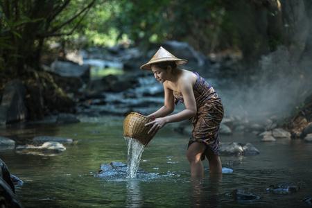 mujer bañandose: Belleza morena tomando un baño en un arroyo Foto de archivo