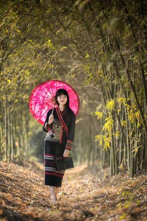ラオスの衣装でアジアの女の子は美しい少女。