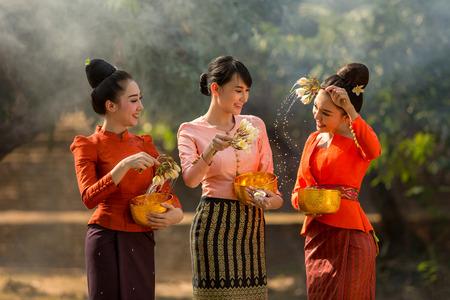 Laos girls splashing water durin tradition festival Songkran festival Banque d'images