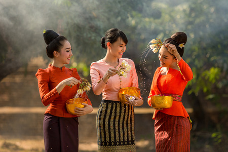 Laos girls splashing water durin tradition festival Songkran festival Stockfoto