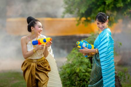 Aziatische vrouw het spelen kanonnen in de Songkran-festivalpret. Stockfoto
