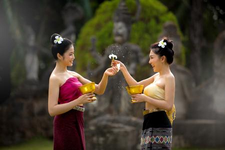 Laos meisjes opspattend water durin traditie festival Laos Vientiane, Songkran festival 2017