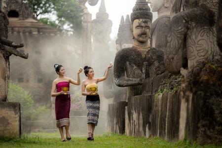 Ceremonia del agua estatua de Buda en el festival de Songkran, Laos Foto de archivo - 75079547