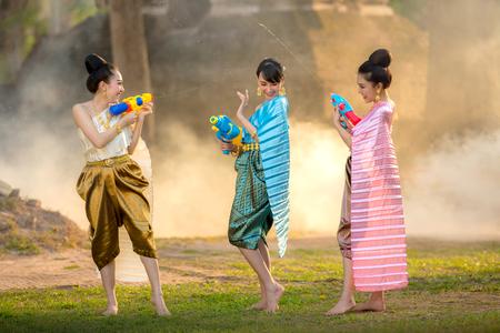 Muchacha asiática que juega un arma de fuego en el festival de Songkran. Foto de archivo - 75079548