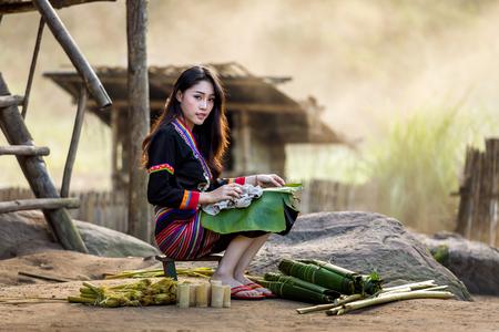 もん族の伝統的な衣服は、アジアの女性ラオス 写真素材