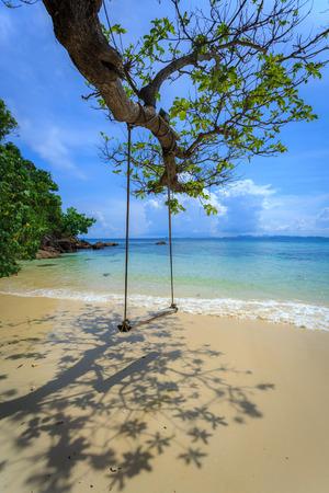 mai-ton 섬, 푸켓, 태국, 해변에서 나무 아래 매달려 스윙 스톡 콘텐츠
