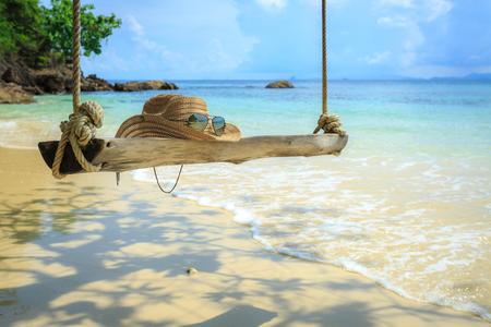 mai-ton 섬, 푸 켓, 태국, 스윙, 안경, 해변에 모자에서 나무 아래 매달려 스윙 스톡 콘텐츠