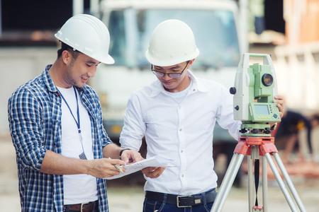 Civiele Ingenieurs Op Bouwplaats En Een Landmeter Met Een Altometer Stockfoto