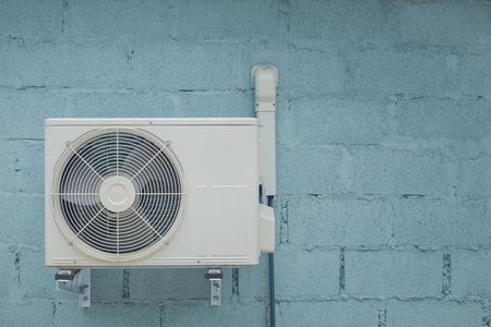 Condensor airconditioner met vintage bakstenen achtergrond Stockfoto