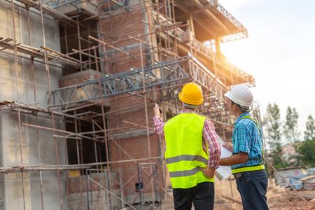 Ein Bauarbeiter steuert eine Betonierpumpe auf der Baustelle.