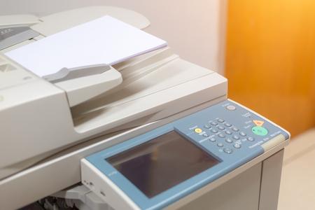 Nahaufnahme auf Kopierer im Büro für Geschäftsleute am Arbeitsplatz Standard-Bild