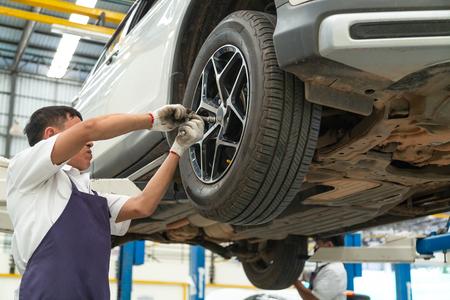 Einbau und Inspektion der Räder am Auto. Torsion der Räder
