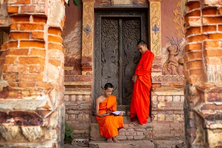 Los monjes budistas están leyendo Aprendizaje novato.