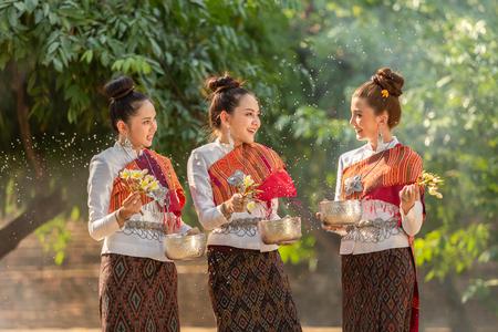 Thai girls splashing water during festival Songkran festival Stockfoto - 109162393