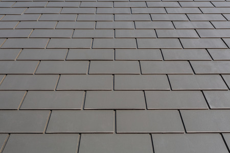 Slate roof against blue sky, Gray tile roof of construction house with blue sky and cloud background 免版税图像 - 109162409