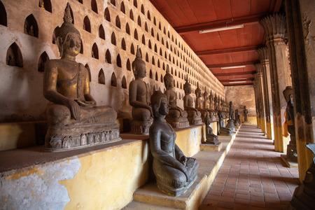 Laos, antigua imagen de Buda en Wat Sisaket, lugar popular para visitar en la ciudad de Vientiane y punto de referencia, antigua estatua de Buda en Laos (Vientiane, Laos)