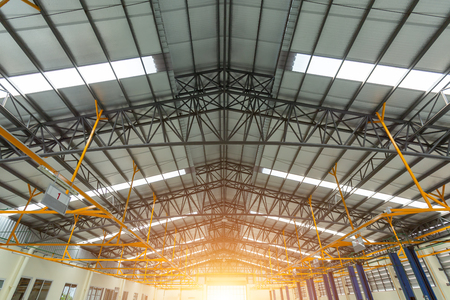 Capriata in acciaio nel centro di riparazione auto, struttura del tetto in acciaio in costruzione, l'interno di un grande edificio industriale o fabbrica con costruzioni in acciaio.