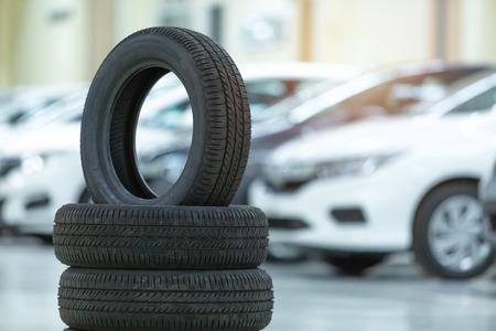 Coche de neumáticos de repuesto, Cambio de neumáticos de temporada, Centro de servicio y mantenimiento de automóviles. Equipo de reparación y reemplazo de llantas de vehículos. Foto de archivo
