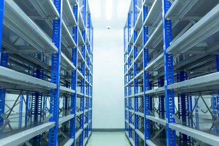 Estantes, Dentro de la sala de repuestos Con estantes preparados para almacenar repuestos de automóviles, Sala de repuestos, Repuestos de almacén de fábrica.